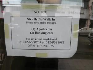 Napis na vratih hostla